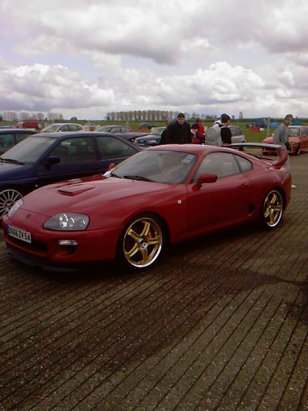 toyota supra bi-turbo rouge